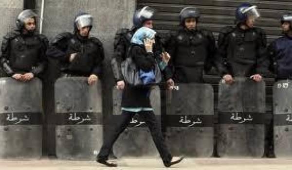 Une Algérienne devant une haie de policiers