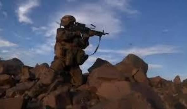 Dans un paysage lunaire, sans la moindre parcelle d'ombre, les soldats avancent méthodiquement.