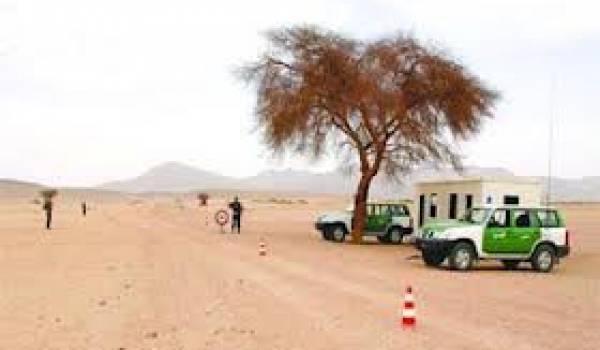 Les garde-frontières algériens dépassés par le trafic sur les milliers de km de frontières.