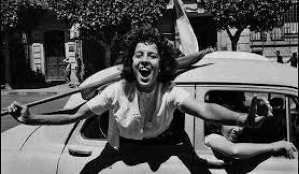 Algérienne manifestant le 2 juillet 1962. Photo de Marc Ribout.