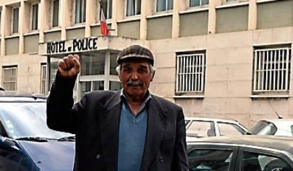 Amor Houari devant le consulat algérien.