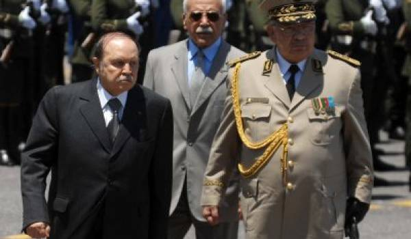 Le président et Gaïd Salah, l'image d'un système suranné.