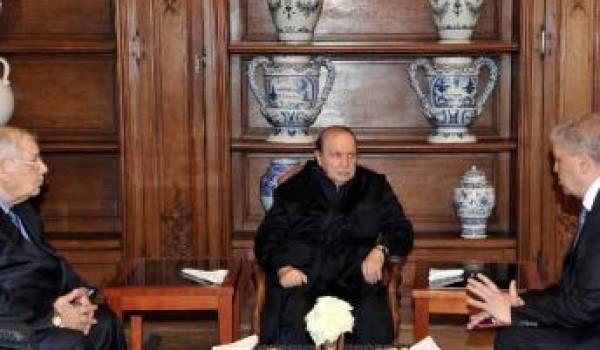 Bouteflika recevant Sellal et Gaïd Sallah avec en toile de fond le portrait du président français : François Hollande.