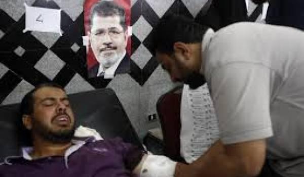 La police a chargé sans pitié sur les manifestants pro-Morsi.