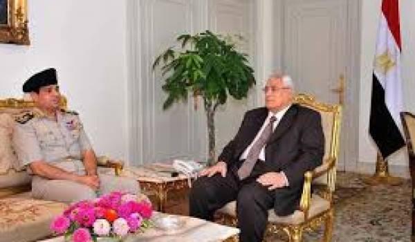 Le président égyptien par interim Adly Mansour (d) et le ministre de la Défense Abdel Fattah al-Sissi(g) le 6 juillet 2013 au Caire