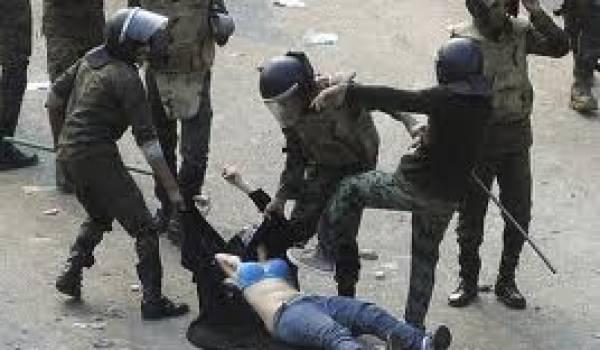 Cette photo d'une jeune Egyptienne battue et dénudée par les policiers pendant la révolution rappelle le sort des femmes dans le monde musulman.
