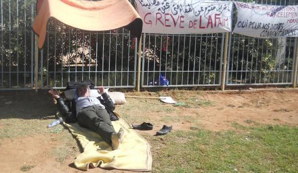 Des travailleurs en grève de la faim pour une revalorisation de leur salaire.