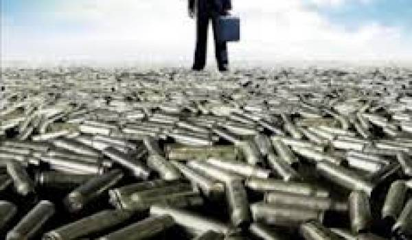 Les puissants de la Finance et les lobbies de l'armement tirent les ficelles.