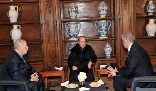 Bouteflika entouré Gaïd Salah et Sellal.