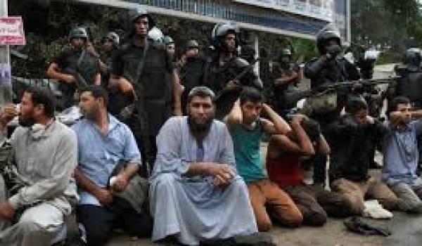 Des frères musulmans aux mains de l'armée.