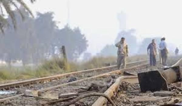 La voie ferrée qui relie la ville de Suez à celle d'Ismaïlia, le long du canal de Suez, cibles d'attentats à la bombe.