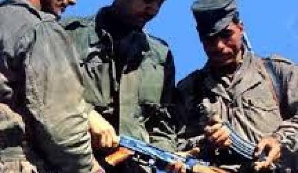 Le lieutenant Yaha Abdelhafidh, Aït Ahmed et l'aspirant Mohand Arezki, pendant le maquis du FFS.