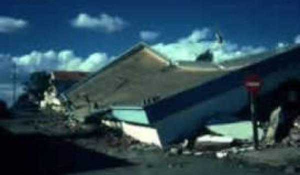 19 000 familles victimes du séisme vivent encore dans des baraquement.