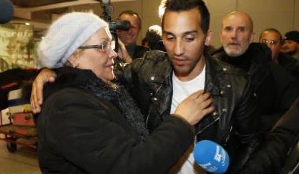 Zahir Bellounis à son arrivée en France, accueilli par sa mère.
