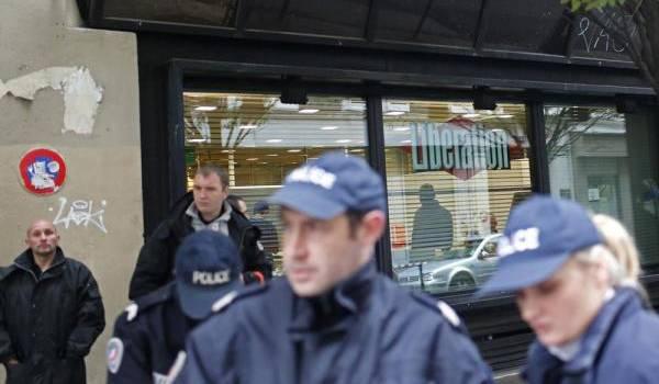 Un homme armé sème la panique au siège du quotidien français Libération et à Paris.