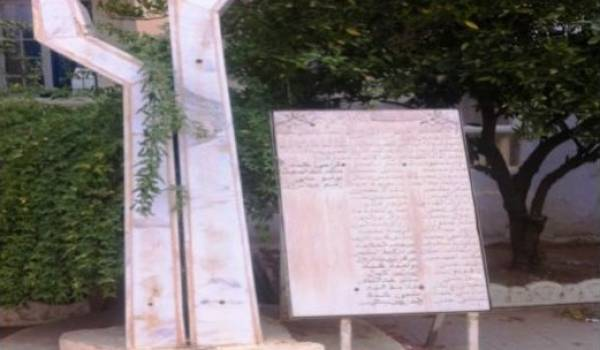 La stèle à la mémoire des 53 chouhadas, érigée dans la cour du lycée Bencheneb.