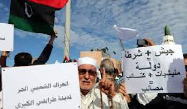 Les manifestants veulent le départ des milices.