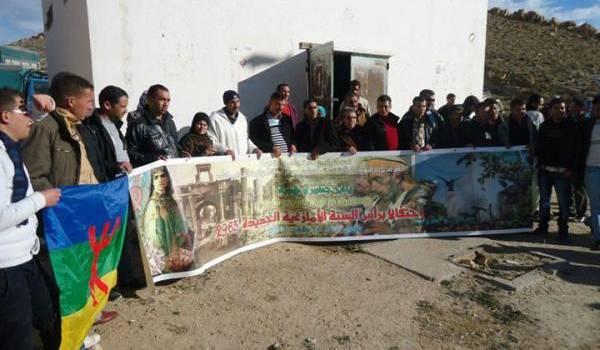 Des militants amazighs devant le site historique.