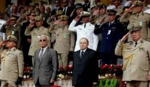 Bouteflika entouré d'officiers supérieurs.