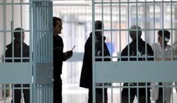 Surpeuplement, promiscuité et racisme caractérisent les prisons françaises.