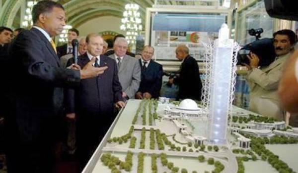 Le président devant la maquette de sa mosquée qui coûtera à l'Algérie les yeux de la tête.