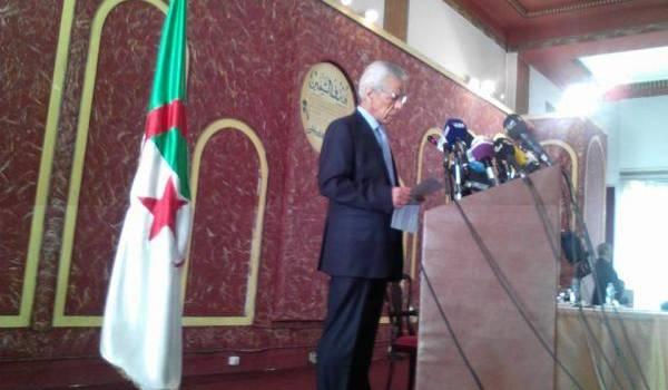 Mouloud Hamrouche lors de sa conférence de presse.