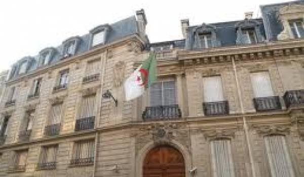 L'enseignement de tamazight dépend de l'ambassade algérienne en France.