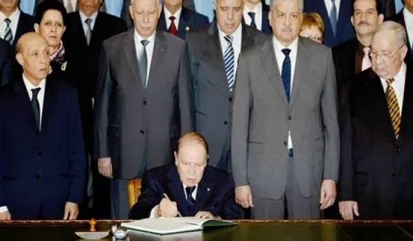 Bouteflika lors de la signature de la loi de finances en 2013