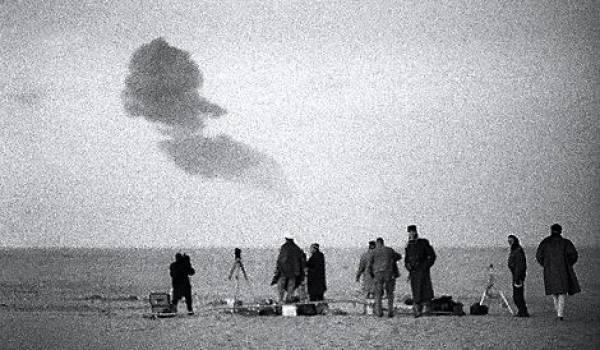 Le premier essai nucléaire français, Gerboise bleue, est effectué le 13 février 1960 dans le Sahara.