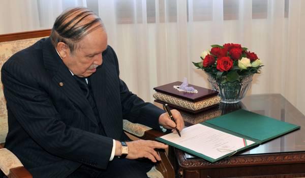 La dernière apparition de Bouteflika signant de la main gauche, lui le droitier.