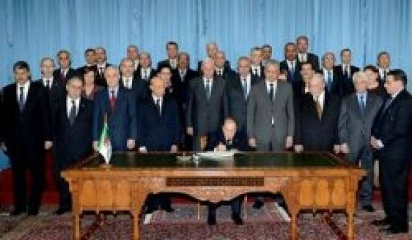 Bouteflika, importent, devant un gouvernement au garde-à-vous.