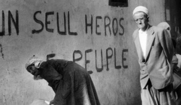 """""""Un seul héros, le peuple"""" : l'une des premières usurpations de l'histoire du pays par le clan d'Oujda."""