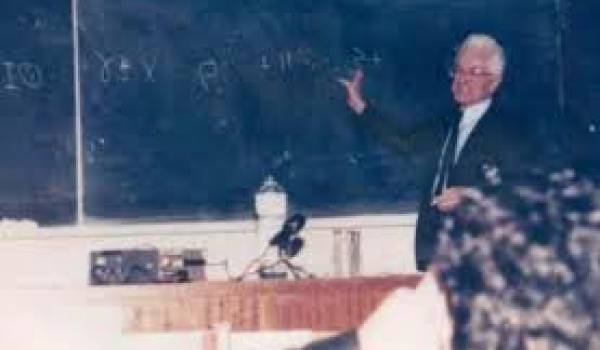 Mouloud Mammeri donnant un cours de tamazight