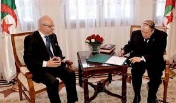 Medelci accueillant Bouteflika au conseil constitutionnel lundi.
