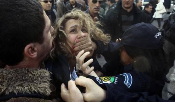 La police hier à Alger étouffait les voix libres