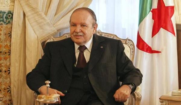 Bouteflika a péniblement prêté serment pour le mandat à vie.