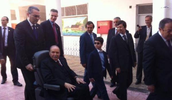 Bouteflika se montre, ici ce matin, pour nous rappeler qu'il compte garder le pouvoir.