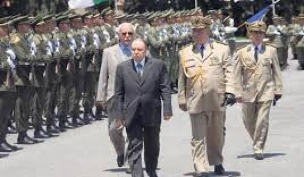 Bouteflika avec Gaïd Salah, représentants d'un pouvoir nonagénaire.