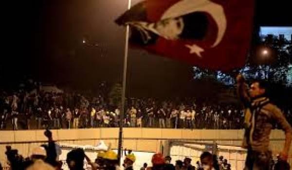 La police anti-émeutes a donné l'assaut à l'aide de véhicules équipés de canon à eau contre les manifestants