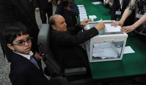 Observez les bulletins de vote dans cette urne ? Comment se fait-il qu'ils soient bien rangés ?