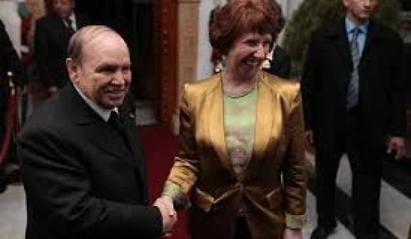 Abdelaziz Bouteflika recevant Catherine Ashton, Haute représentante de l'Union européenne pour les affaires étrangères, en novembre 2012.