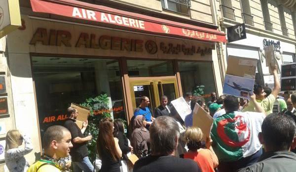 Manifestation devant le siège d'Air Algérie à Paris.