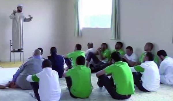 Un imam qui prêche devant des joueurs de l'équipe nationale au Brésil.