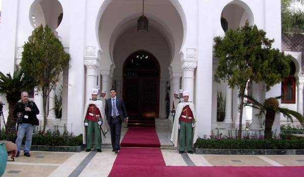 Ambiance de fin de règne au palais présidentiel déserté par le président malade.