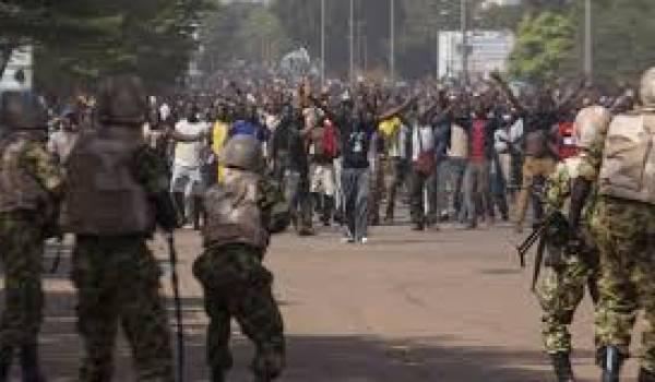 Devant le chaos, l'armée sort de son silence et annonce la dissolution de l'assemblée et du parlement.