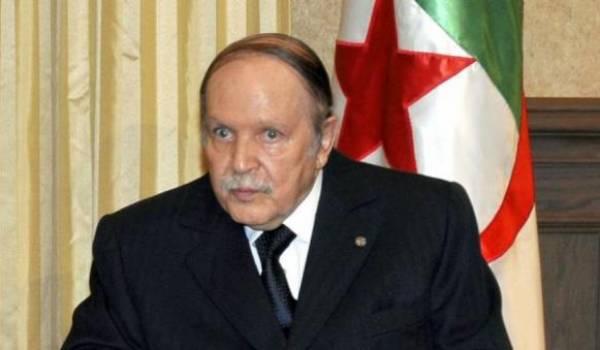 Abdelaziz Bouteflika s'octroie une constitution.