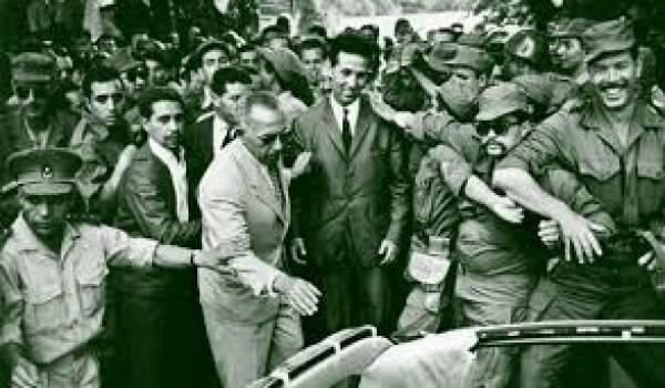 Ahmed Ben Bella en 1962 entouré des militaires qui l'ont porté au pouvoir.