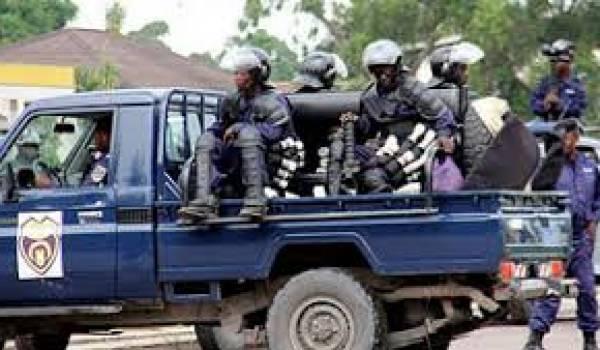 Des policiers ont assassiné des civils.