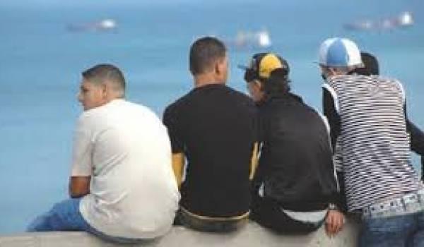 Les jeunes Algériens ont le regard fixé sur le nord de la Méditerranée.