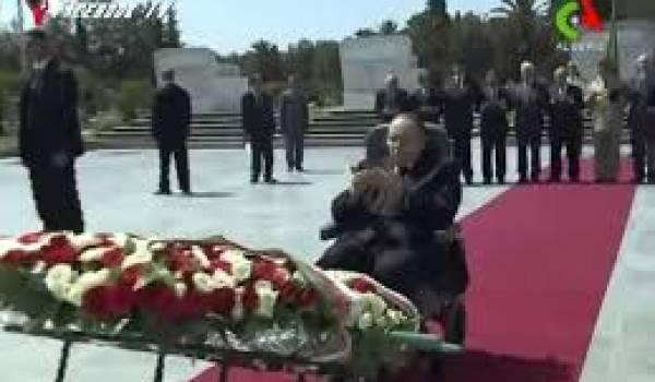 Bouteflika devant le monument des martyrs.